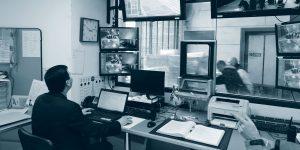 Agent surveillant les écrans
